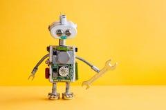 Robotermechanikersoldat mit Handschlüssel Lustige Schlosserarbeitskraft, silberner Eisenkopf, Lampenbirnenaugen, metallische Früh Stockfotos