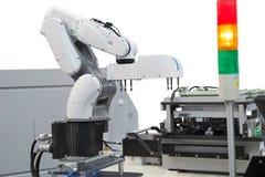 Robotersammelnleiterplatte in der elektronischen Industrie lizenzfreies stockbild