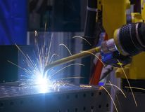 Roboterschweißensbewegungsindustrieller Automobilanteil an Fabrik Metalltröpfchen werden schön in allen Richtungen besprüht stockbilder