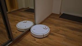 RoboterStaubsauger säubert die Halle stock video footage