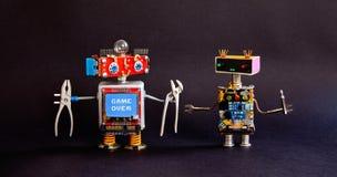 Roboterwartungsservice-Reparaturkonzept Kreative Designheimwerkerroboter, Zangenschraubenzieherwerkzeuge, Warnung Stockfotografie