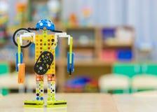 Robotformgivaren står på tabellen arkivbild