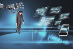 Robothand die een bedrijfsmens op donkere achtergrond kiezen stock fotografie
