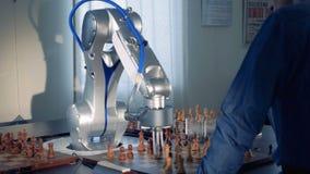Robothand, robotachtig wapen het spelen schaak met een mens Futuristisch Concept