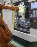 Robotic arm i fabrik Arkivfoton