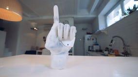 Robotic arm med ett peka pekfinger Verkligt robotic människa-som armen arkivfilmer