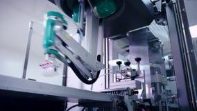 Robotic arm som arbetar på den automatiserade produktionslinjen modern teknologi stock video
