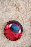 Robotic dammsugare på golvet royaltyfri fotografi