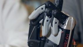Robotic göra en gest för man Verkliga innovativa bioniska armflyttningfingrar stock video