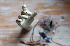 robotic hand för prosthtci på tabellen som fixas Royaltyfri Foto