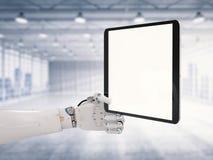 Robotic hand som rymmer den tomma skärmen Royaltyfri Foto