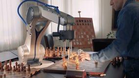Robotic hand som spelar schack den konstgjorda hjärnan circuits mainboard för elektronisk intelligens för begrepp över 4K arkivfilmer