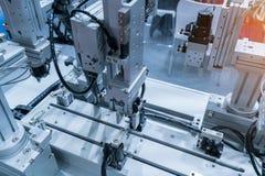 robotic handmaskinhjälpmedel på den industriella fabriken royaltyfri foto