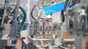 Robotic maskiner skapar l?daaskar p? industriell linje p? en v?xt stock video