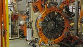 Robotic utrustning för gummihjultillverkning stock video