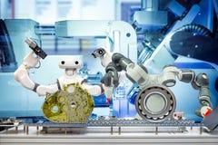 Robotica astuta che lavora con i ricambi auto tramite nastro trasportatore sulla fabbrica astuta fotografia stock
