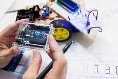 Roboticaverwezenlijking met arduinouno microcontroller royalty-vrije stock afbeelding