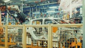 Robotikarbeit in der Fertigungsstraße des Autos stock video