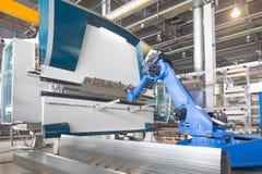 Robotinstallation för att böja av metall royaltyfri bild