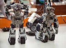 Robotis Bioloid, högvärdig sats: 2 lilla programmerade leksaker för DIY-humanoidrobot som står på en tabellnärbild Arkivfoton
