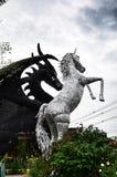 Robotjärnhäst och drake Arkivbild