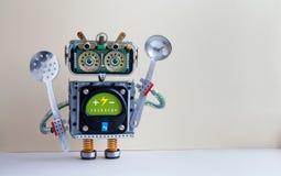 Robotkocken med slevskumsleven, laddar upp kroppen för manöverenheten för batterimeddelandegräsplan Idérik designcyborgleksak, kö Royaltyfri Bild