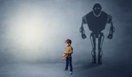 Robotman-Schatten eines netten kleinen Jungen Stockfotos