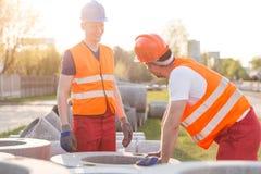 Robotnicy na budowie drogi fotografia royalty free