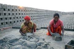Robotnicy przygotowywają cegły przy ceglanym kiln w Sarberia, Zachodni Bengalia, India obrazy stock