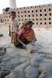 Robotnicy przygotowywają cegły przy ceglanym kiln w Sarberia, Zachodni Bengalia, India fotografia stock