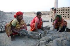 Robotnicy przygotowywają cegły przy ceglanym kiln w Sarberia, Zachodni Bengalia, India fotografia royalty free