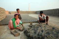 Robotnicy przygotowywają cegły przy ceglanym kiln w Sarberia, Zachodni Bengalia, India obrazy royalty free