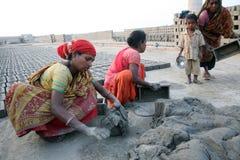 Robotnicy przygotowywają cegły przy ceglanym kiln w Sarberia, Zachodni Bengalia, India zdjęcia stock