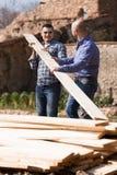 Robotniczy ułożenie budynku szalunek przy gospodarstwem rolnym Fotografia Stock
