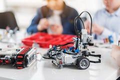 Robots confeccionados en la tabla Imágenes de archivo libres de regalías