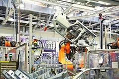 Robots dans une usine de véhicule photographie stock
