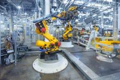 Robots dans une usine de voiture photographie stock libre de droits