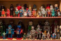 Robots de la hojalata del vintage en la exhibición en HOMI, demostración internacional del hogar en Milán, Italia Foto de archivo