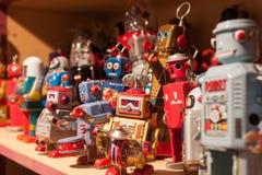 Robots de la hojalata del vintage en la exhibición en HOMI, demostración internacional del hogar en Milán, Italia imagenes de archivo
