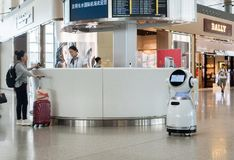 Robots in de luchthaventerminal Royalty-vrije Stock Afbeeldingen