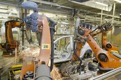 Robots de soldadura en la instalación de producción del coche Fotos de archivo libres de regalías