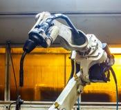 Robots de soudure dans industriel Photographie stock libre de droits