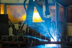 Robots die in een autofabriek lassen stock fotografie