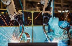 Robots die in een autofabriek lassen Het lichaam van de lassenauto royalty-vrije stock foto's