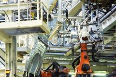 Robots in een autofabriek royalty-vrije stock fotografie