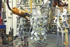 Robots in een autofabriek stock foto