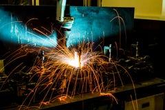 Robots in een autofabriek stock afbeelding