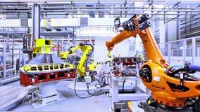 Robots in een autofabriek stock footage