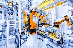 Robots in een autoinstallatie stock afbeeldingen