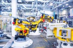 Robots in een autoinstallatie royalty-vrije stock foto's